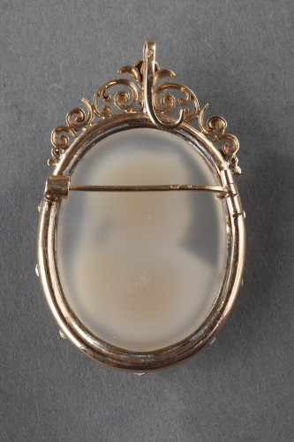Antique Jewellery  - Gold Brooch with Agate Cameo and Pearls