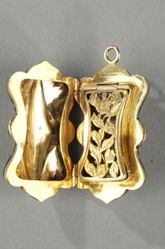 Antiquités - Multi-lobed, gold vinaigrette with black enamel