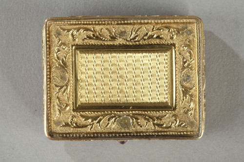 gold vinaigrette with a hinged lid -