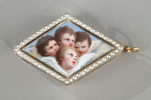 Objects of Vertu  - Diamond-shaped vinaigrette with enameled gold and bordered with pearls
