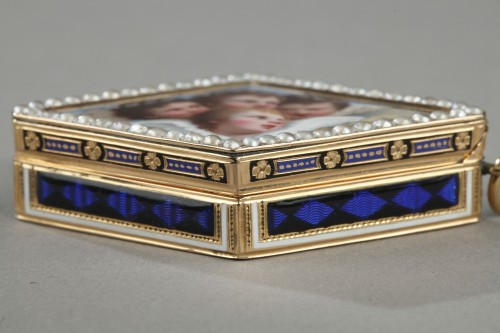 Diamond-shaped vinaigrette with enameled gold and bordered with pearls -