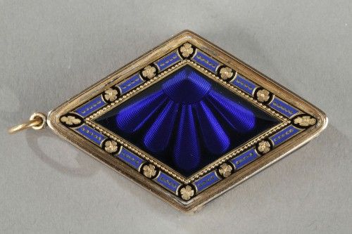18th century - Diamond-shaped vinaigrette with enameled gold and bordered with pearls
