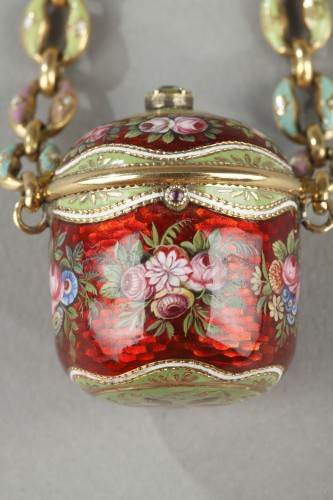 An early 19th century gold and enamel vinaigrette, chain, and ring. -