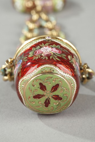 Restauration - Charles X - An early 19th century gold and enamel vinaigrette, chain, and ring.