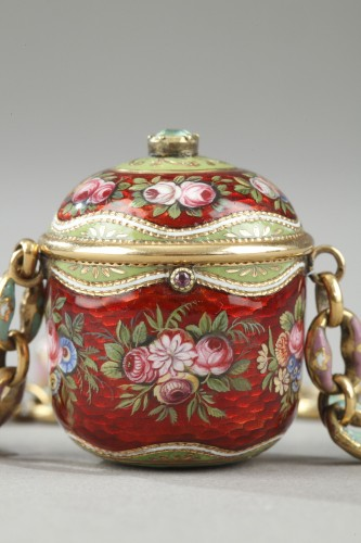 Antiquités - An early 19th century gold and enamel vinaigrette, chain, and ring.