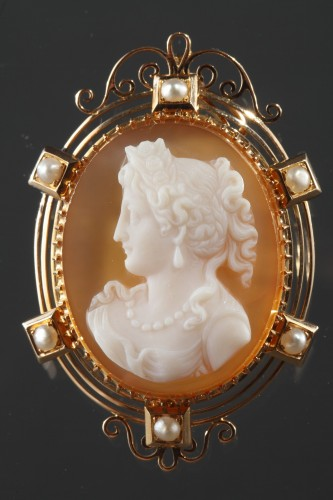 Cameo on orange-pinkagate featuring a young woman looking toward the left. - Antique Jewellery Style Napoléon III