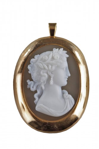 19TH CENTURY GOLD PENDANT WITH AGATE CAMEO. Circa 1850