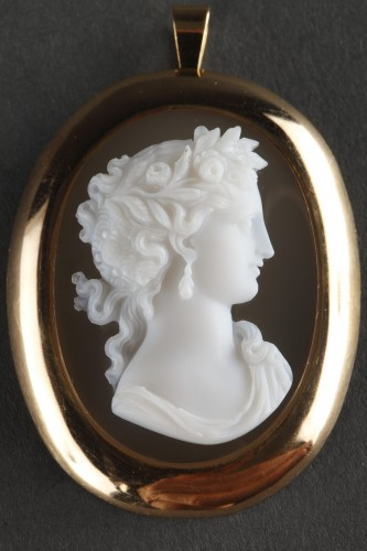 19TH CENTURY GOLD PENDANT WITH AGATE CAMEO. Circa 1850  - Antique Jewellery Style Napoléon III
