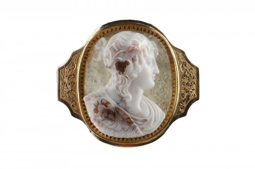 Cameo on agate, gold mounting