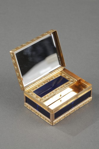 Antiquités - A Louis XV Gold and enamelled toiletries case circa 1771