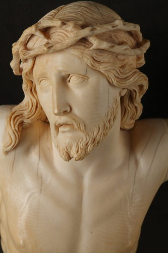 Antiquités - A 18th century carved ivory figure of the crucified christ