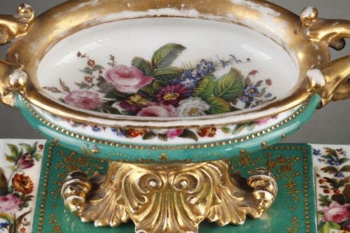 Antiquités - Mid-19th century French mantle clock in porcelaine.