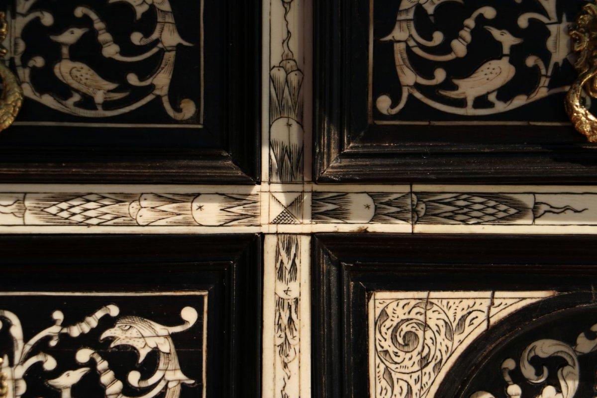 cabinet en b ne de macassar et os lombardie d but xviie si cle. Black Bedroom Furniture Sets. Home Design Ideas