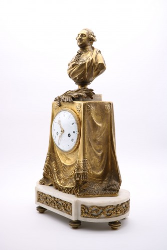 "Clock in gilded bronze and chiseled with the ""palm of memory"" -"