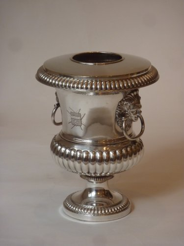 Antiquités - A pair of silver-plate urn-form wine coolers circa 1830