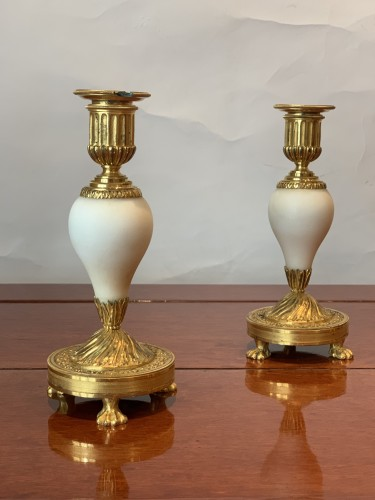 A pair of Louis XVI ormolu mounted Carrara marble candlesticks - Lighting Style Louis XVI