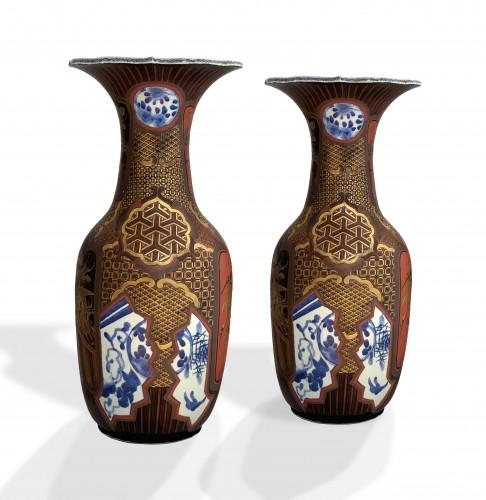 19th century - A pair of Arita lacquered porcelain vases. Japan Meiji period