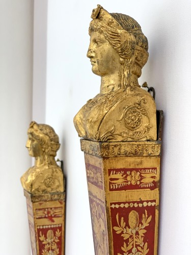 Lighting  - A pair of late 18th century gilt metal and scarlet tole peinte wall lights
