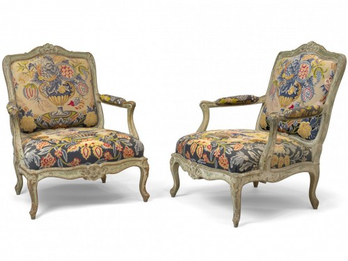 A pair of large fauteuils à la reine upholstered a châssis