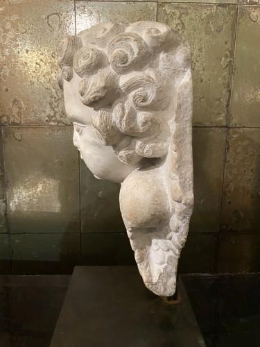 Head of cherub in white marble -
