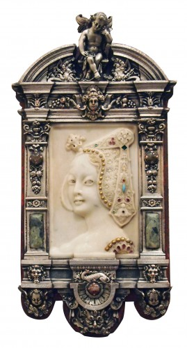 A slab , reprsenting a woman on profil in marble