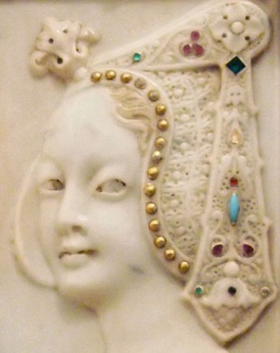 A slab , reprsenting a woman on profil in marble  - Decorative Objects Style