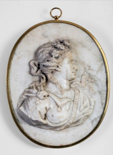 Allegory of Spring, marble medallion - France 18th century  - Sculpture Style Louis XV