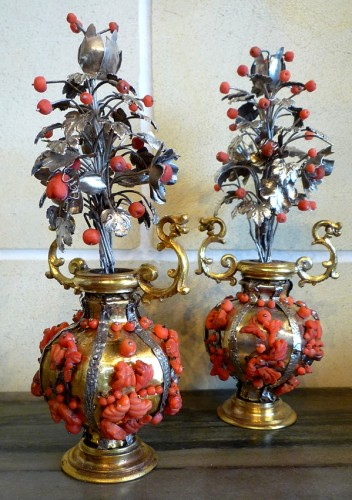 Pair of small Sicilian gilt brass, silver and Trapani coral vases, 17th c - Curiosities Style Louis XIV