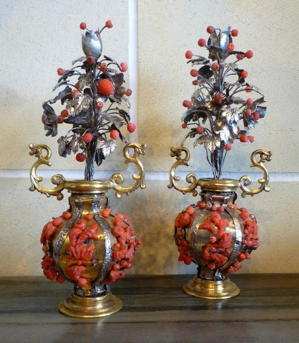 17th century - Pair of small Sicilian gilt brass, silver and Trapani coral vases, 17th c