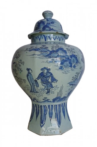 A large Delft blue and white Chinoiserie covered jar, Holland, circa 1680