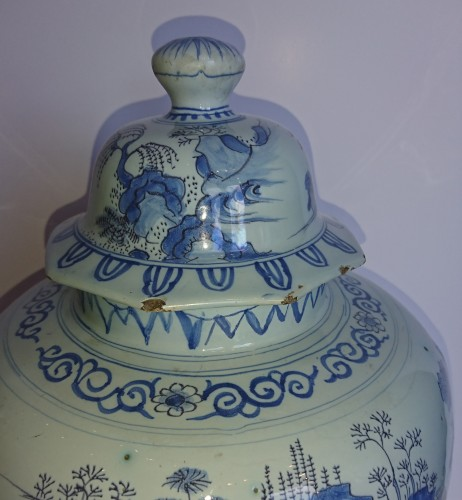 A large Delft blue and white Chinoiserie covered jar, Holland, circa 1680 - Louis XIV