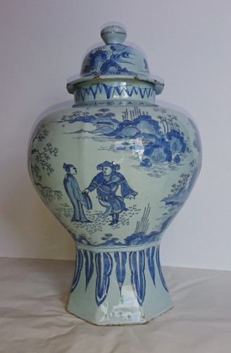 Antiquités - A large Delft blue and white Chinoiserie covered jar, Holland, circa 1680