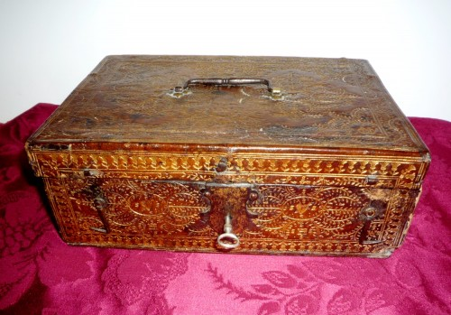 A Louis XIII Parisian leather casket with petits fers decoration - Curiosities Style Louis XIII