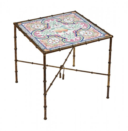 Coffee table with a Qianlong period Chinese enamel Famille Rose tray