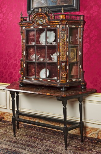Large Flemish baroque walnut and tortoiseshel showcase, c. 1650 - Furniture Style Louis XIII