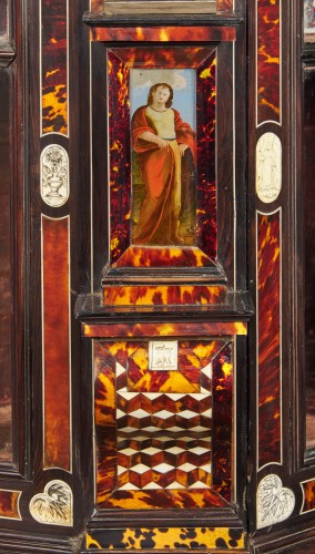 17th century - Large Flemish baroque walnut and tortoiseshel showcase, c. 1650