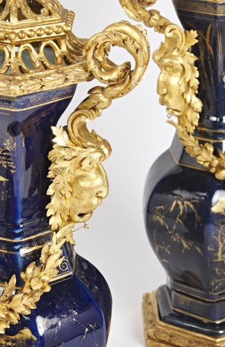 Antiquités - A pair of powdered blue vases with Piedmontese gilt wood mounts c. 1780