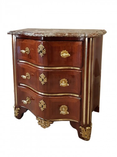 Small chest of drawers in amaranth veneer, Régence period