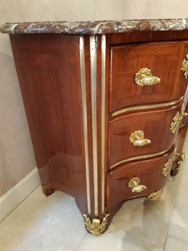 Small chest of drawers in amaranth veneer, Régence period -
