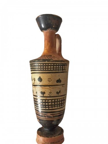 Attic lekythos with black figures and white background circa 490 B.C. Painter of Beldam
