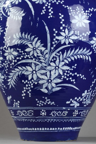 17th century - Nevers, big jar decoratd in bleu persan background.