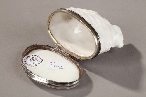 Porcelain & Faience  - Snuff box with silver mount, Saint Cloud First part of 18th century