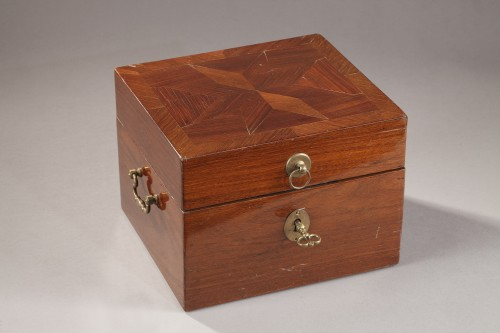 Objects of Vertu  - 18th century box containing perfum bottles
