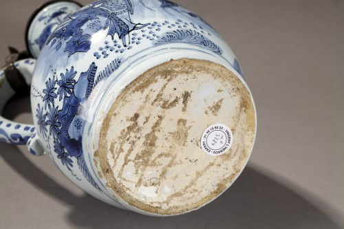 Earthernware jug and its cover, Delft 17th century - Porcelain & Faience Style