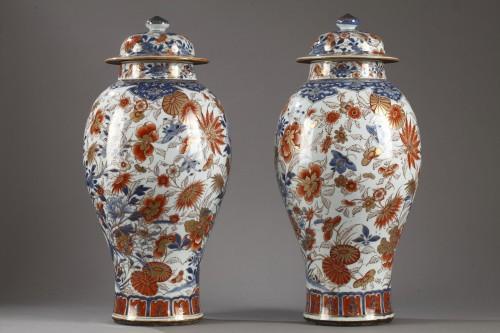 Pair of large Chinese  Imari jars and covers, Kangxi (1662 - 1722) -