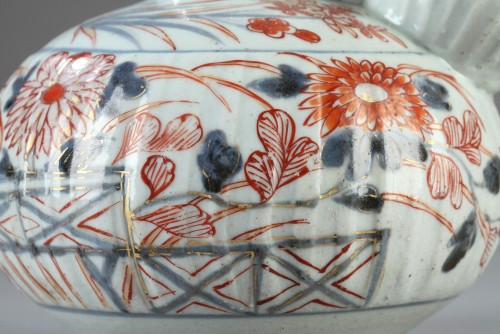 JAPAN : Porcelain Kendi decorated in Imari style early 18th century -