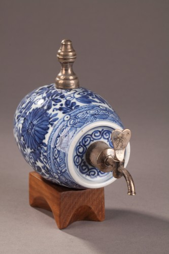A blue and white porelain alcohol cask, China Kangxi (1662 - 1722) period - Porcelain & Faience Style