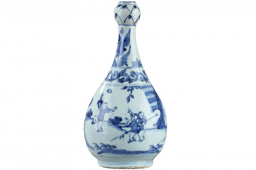 CHINA : Wanli blue and white garlic neck vase.