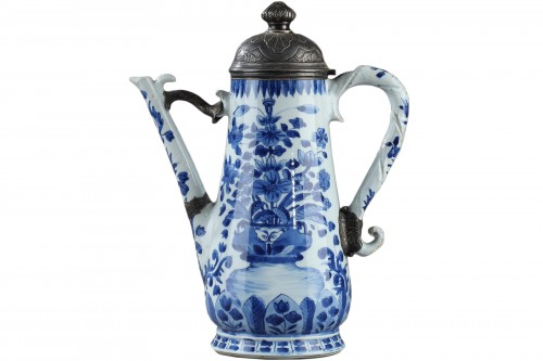 Porcelain coffee pot, China Kangxi period 1662 - 1722