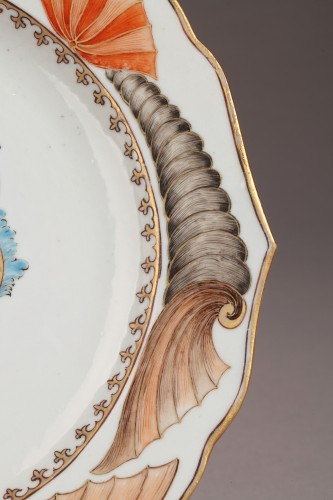 Chinese armorial plate. Coats of arms of The Guillot Family Circa 1742 - Porcelain & Faience Style